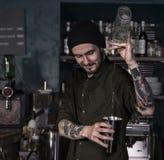 Χαμογελώντας bartender κλίσεων στη δράση Στοκ Εικόνα