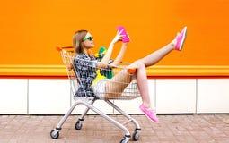 Χαμογελώντας hipster γυναίκα μόδας που έχει τη διασκέδαση που παίρνει την εικόνα selfie Στοκ Φωτογραφίες