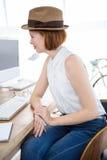 χαμογελώντας hipster επιχειρησιακή γυναίκα που εξετάζει τον υπολογιστή της Στοκ Εικόνες