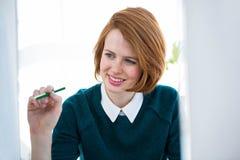χαμογελώντας hipster επιχειρησιακή γυναίκα που εξετάζει τον υπολογιστή της Στοκ Εικόνα