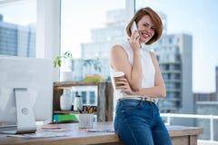 χαμογελώντας hipster επιχειρησιακή γυναίκα στο τηλέφωνο Στοκ φωτογραφίες με δικαίωμα ελεύθερης χρήσης