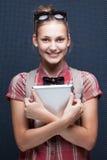 Χαμογελώντας hipster PC ταμπλετών εκμετάλλευσης κοριτσιών στοκ φωτογραφία με δικαίωμα ελεύθερης χρήσης