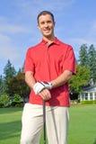 Χαμόγελα παικτών γκολφ για τη φωτογραφική μηχανή - κατακόρυφος Στοκ εικόνα με δικαίωμα ελεύθερης χρήσης