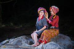 Χαμόγελο δύο όμορφο ταϊλανδικό γυναικών στο περιστρεφόμενο νήμα κοστουμιών της Karen επάνω Στοκ Φωτογραφία