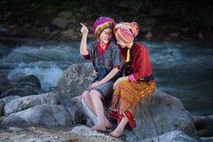 Χαμόγελο δύο όμορφο ταϊλανδικό γυναικών στο περιστρεφόμενο νήμα κοστουμιών της Karen επάνω Στοκ φωτογραφίες με δικαίωμα ελεύθερης χρήσης