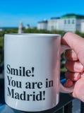 Χαμόγελο! Είστε στη Μαδρίτη! Φλυτζάνι καφέ στοκ εικόνα με δικαίωμα ελεύθερης χρήσης