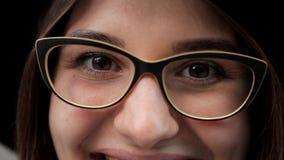 Χαμόγελο ενός όμορφου κοριτσιού Ευτυχία, όμορφα μάτια απόθεμα βίντεο