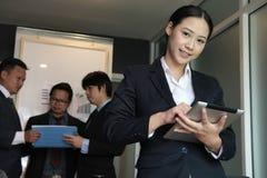 Χαμόγελο επιχειρηματιών στην επιχειρησιακή συνεδρίαση νέα γυναίκα που εργάζεται στοκ φωτογραφία με δικαίωμα ελεύθερης χρήσης