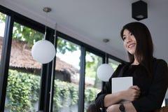 Χαμόγελο επιχειρηματιών στον εργασιακό χώρο νέα γυναίκα που εργάζεται στο touchpa Στοκ φωτογραφία με δικαίωμα ελεύθερης χρήσης