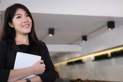 Χαμόγελο επιχειρηματιών στον εργασιακό χώρο νέα γυναίκα που εργάζεται στο touchpa Στοκ φωτογραφίες με δικαίωμα ελεύθερης χρήσης