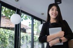 Χαμόγελο επιχειρηματιών στον εργασιακό χώρο νέα γυναίκα που εργάζεται στο touchpa Στοκ εικόνα με δικαίωμα ελεύθερης χρήσης