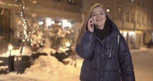 Χαμόγελο και συζήτηση γυναικών για το κινητό τηλέφωνο κατά τη διάρκεια του περιπάτου στις οδούς απόθεμα βίντεο