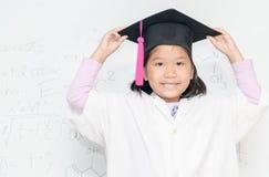 Χαμόγελο κοριτσιών επιστημόνων στο άσπρο borad Στοκ Εικόνες
