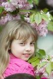 Χαμόγελο κοριτσιών με το άνθος κερασιών, ομορφιά Στοκ Εικόνες
