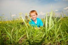 χαμόγελο λιβαδιών lap-top υπο&la Στοκ φωτογραφία με δικαίωμα ελεύθερης χρήσης