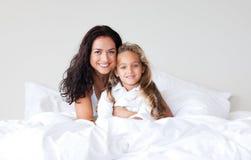 χαμόγελο μητέρων κορών φωτογραφικών μηχανών σπορείων Στοκ φωτογραφία με δικαίωμα ελεύθερης χρήσης