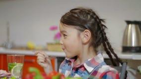 Χαμόγελο μικρών κοριτσιών και κατοχή του οικογενειακού γεύματος απόθεμα βίντεο