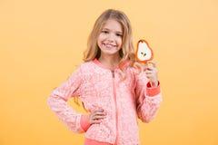 Χαμόγελο μικρών κοριτσιών με το lollipop, πρόχειρο φαγητό Στοκ εικόνες με δικαίωμα ελεύθερης χρήσης