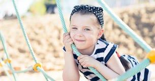 Χαμόγελο μικρών κοριτσιών, που κρεμά σε ένα σχοινί Στοκ Εικόνες
