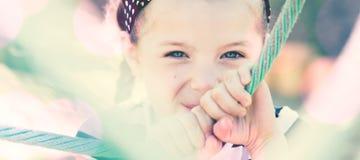 Χαμόγελο μικρών κοριτσιών, που κρύβει από το θεατή Στοκ εικόνες με δικαίωμα ελεύθερης χρήσης