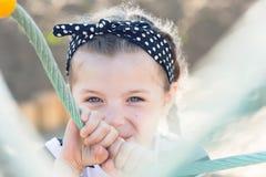 Χαμόγελο μικρών κοριτσιών, που κρύβει από το θεατή Στοκ Εικόνες