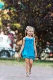 Χαμόγελο μικρών κοριτσιών στο πάρκο τη θερινή ημέρα Στοκ φωτογραφίες με δικαίωμα ελεύθερης χρήσης