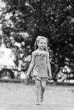Χαμόγελο μικρών κοριτσιών στο πάρκο τη θερινή ημέρα Στοκ φωτογραφία με δικαίωμα ελεύθερης χρήσης