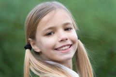Χαμόγελο μικρών κοριτσιών στο φυσικό υπόβαθρο, παιδική ηλικία Στοκ εικόνα με δικαίωμα ελεύθερης χρήσης