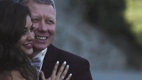Χαμόγελο νεόνυμφων και νυφών στο γάμο Γάμος ενηλίκου απόθεμα βίντεο