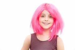 Χαμόγελο παιδιών κοριτσιών περούκα hairstyle που απομονώνεται στη ρόδινη στο λευκό Στοκ Φωτογραφία