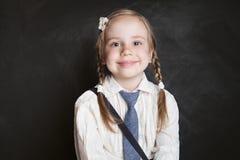 χαμόγελο πορτρέτου κορι Ευτυχής μαθήτρια παιδιών στον πίνακα στοκ φωτογραφία