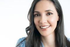 Χαμόγελο προσώπου γυναίκας που εξετάζει τη κάμερα στοκ εικόνες