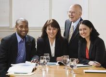 Χαμόγελο τεσσάρων επιχειρησιακών εργαζομένων στοκ εικόνα με δικαίωμα ελεύθερης χρήσης