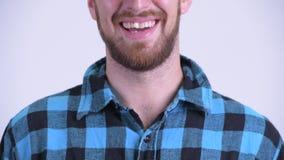Χαμόγελο του γενειοφόρου ατόμου hipster στο άσπρο κλίμα φιλμ μικρού μήκους