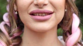 Χαμόγελο του στόματος στην κινηματογράφηση σε πρώτο πλάνο χείλια που χαμογελούν στην κινηματογράφηση σε πρώτο πλάνο φιλμ μικρού μήκους