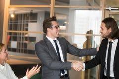 Χαμόγελο CEO που συγχαίρει τον αρσενικό διευθυντή με την προώθηση εργασίας στοκ εικόνες