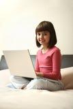 χαμόγελο lap-top κοριτσιών στοκ φωτογραφίες