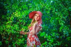 Χαμόγελα γυναικών και ευτυχής Στοκ εικόνες με δικαίωμα ελεύθερης χρήσης