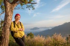 Χαμόγελα γυναικών στο λόφο Στοκ εικόνα με δικαίωμα ελεύθερης χρήσης