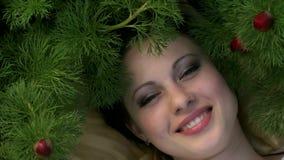 Χαμόγελα κοριτσιών μεταξύ των παπαρουνών απόθεμα βίντεο