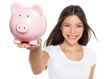 Χαμόγελο γυναικών αποταμίευσης τραπεζών Piggy ευτυχές Στοκ φωτογραφίες με δικαίωμα ελεύθερης χρήσης