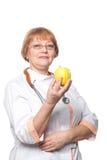 Χαμόγελο γυναικών ιατρών με τη λαβή στηθοσκοπίων Στοκ Φωτογραφίες