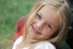 χαμόγελο κοριτσιών μπλε &m Στοκ φωτογραφία με δικαίωμα ελεύθερης χρήσης