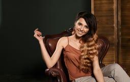 χαμόγελο κοριτσιών προσώ&p Μοντέρνο πορτρέτο του μοντέρνου κοριτσιού με το όμορφο χαμόγελο Χαμογελώντας πανέμορφο κορίτσι με το τ Στοκ εικόνα με δικαίωμα ελεύθερης χρήσης