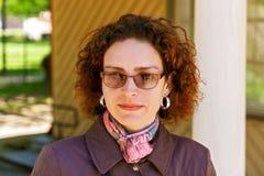 Χαμόγελο μιας όμορφης γυναίκας στα γυαλιά Στοκ φωτογραφίες με δικαίωμα ελεύθερης χρήσης