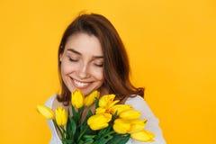 Χαμόγελο λουλουδιών εκμετάλλευσης γυναικών Brunette Στοκ Εικόνες
