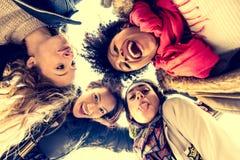 Χαμόγελο τεσσάρων νέο όμορφο κοριτσιών στοκ φωτογραφίες
