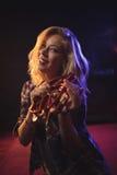 Χαμόγελο του θηλυκού ντεφιού παιχνιδιού μουσικών στο νυχτερινό κέντρο διασκέδασης Στοκ Εικόνες