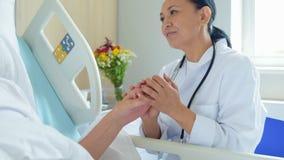 Χαμόγελο του θηλυκού holsing χεριού γιατρών του ασθενή της φιλμ μικρού μήκους