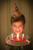 Χαμόγελο του κέικ γενεθλίων εκμετάλλευσης αγοριών στα χέρια Στοκ εικόνα με δικαίωμα ελεύθερης χρήσης